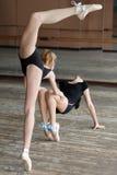 2 балерины репетируя в студии Стоковые Фото