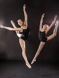 2 балерины скача в воздух Стоковое Изображение