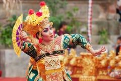 Балийская женщина танцуя традиционный танец Legong виска Стоковое Изображение RF
