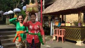 Балийская семья в традиционных одеждах во время торжества перед Nyepi сток-видео