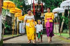 Балийская семья в традиционных одеждах во время торжества стоковое изображение