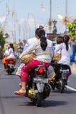 Балийская семья на мотоцилк катания на улицах Ubud во время торжества Galungan Стоковые Фотографии RF