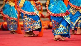 Балийские девушки танцора в традиционном костюме саронга танцуя Legong танцуют Стоковые Изображения RF