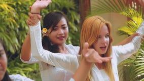 Балийские женщины уча туристским танцам видеоматериал
