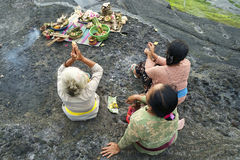 Балийские индусские подвижники молят на заходе солнца Стоковое Изображение