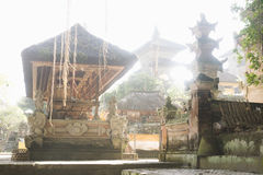 Балийский висок с backlight, Pura Samuan Tiga, Ubud, Бали Индонезией Стоковое Изображение RF