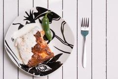 Балканская традиционная еда - moussaka Послуженный с перцем и югуртом стоковые изображения