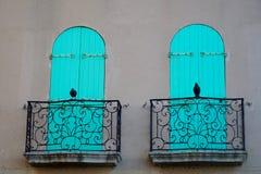 2 балкона, 2 птицы, 2 складывая штарки Стоковое Изображение RF