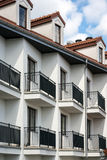 Балконы в multi экстерьере дома семьи Стоковые Фото
