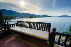 Балкон с стендом около моря на заходе солнца Стоковое Изображение
