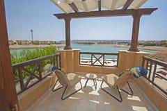 Балкон террасы на крыше с loungers солнца в роскошной квартире Стоковая Фотография RF
