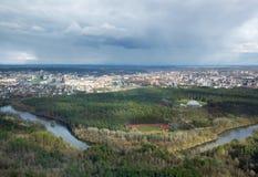 Балтийские страны Панорамный взгляд Вильнюса, Литвы весной Красивый Вильнюс в свете вечера Славный панорамный городской пейзаж Стоковые Изображения