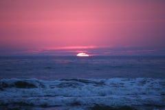 Балтийское море захода солнца в Литве стоковые фото