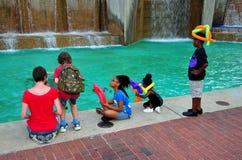Балтимор, MD: Дети с шляпами воздушного шара на бассейне Стоковое фото RF