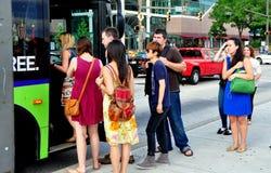 Балтимор, MD: Люди всходя на борт шины MTA Стоковые Фото