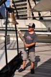 Балтимор, MD: Мальчик звеня колокол на США S. Созвездии Стоковая Фотография