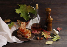 Бальзамический уксус, мельница перца древесины и мед в сотах на плите Стоковое Фото