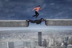 Бега бизнесмена выше его партнер Стоковая Фотография