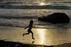 Бега девушки вдоль берега Стоковые Изображения RF