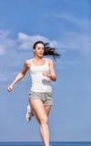 Бега девушки вдоль seashore Стоковая Фотография