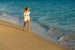 Бега девушки вдоль seashore Стоковые Фото
