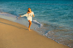 Бега девушки вдоль seashore Стоковые Изображения