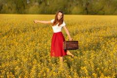 Бега девушки через поле Стоковые Фото