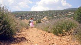 Бега женщины в поле лаванды сток-видео
