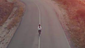 Бега женщины на дороге сток-видео