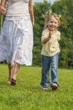 Бега маленькой девочки через поле Стоковое Изображение RF