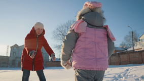 Бега маленькой девочки через снег к маме видеоматериал