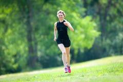Бега молодой женщины на парке Стоковое Изображение
