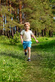 Бега молодые мальчика Стоковые Фото