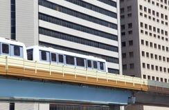 Бега поезда на железной дороге метро Evelated Стоковые Фотографии RF