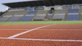 Бега спортсмена на стадионе летом акции видеоматериалы