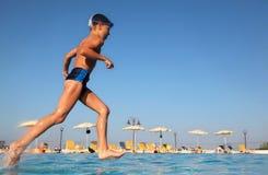 бега стекел мальчика плавая вода Стоковое Изображение