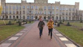 2 бега студентов к дому после университета видеоматериал
