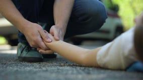 Бега человека к девушке лежа на дороге, обморочной жертве аварии, машине скорой помощи сток-видео