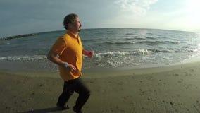 Бега человека вдоль берега акции видеоматериалы