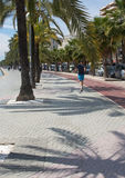 Бега Jogger вдоль Paseo Maritimo Стоковое фото RF