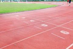 Беговая дорожка в Спорт-арене с травой Стоковая Фотография