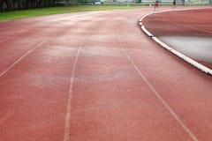 Беговая дорожка в Спорт-арене с травой Стоковые Изображения RF