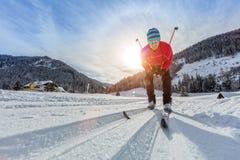 Беговые лыжи делать детенышей человека тренировки стоковое изображение rf