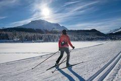Беговые лыжи свободной женщины метода skating стоковая фотография