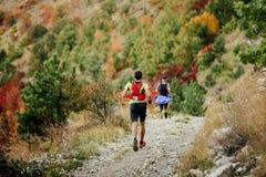 2 бегуна бегут марафон горы Стоковые Изображения