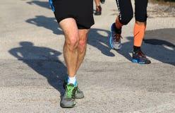 2 бегуна, который побежали на дороге асфальта Стоковая Фотография