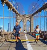 2 бегуна на Бруклинском мосте, Нью-Йорке Стоковое Фото