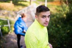 2 бегуна на лестницах в солнечной природе осени, отдыхая Стоковое фото RF