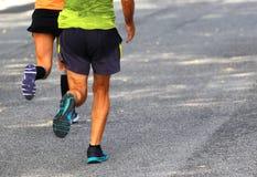 2 бегуна от заднего бега на вымощенной улице города Стоковое Фото