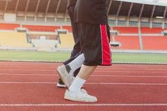 2 бегуна sprinting outdoors Sportive люди тренируя в urb Стоковая Фотография